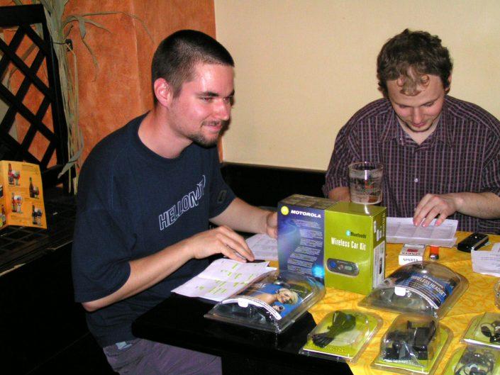 """... ve tričku """"HELLOMOTO"""" mě zachytil návštěvník při vyhodnocování znalostního kvízu (MotoSraz 2005) ..."""